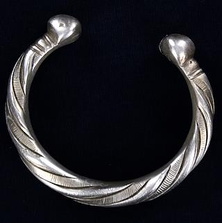 Twisted bracelet in white metal from West Africa  01.02.826