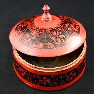 Medium sized spice box 09.02.1230