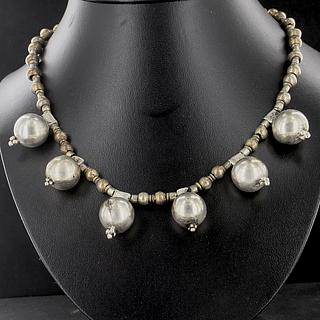 Ethiopian necklace with 8 large silver beads 02.03.523